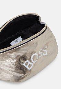 BOSS Kidswear - BUM BAG - Riñonera - golden - 2
