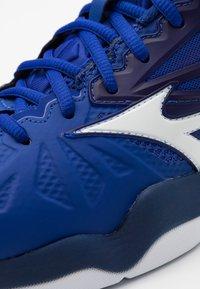 Mizuno - WAVE INTENSE TOUR 5 AC - Tenisové boty na všechny povrchy - reflex blue/white/diva pink - 5