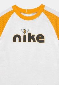 Nike Sportswear - LIL BUGS BEE UNISEX - Jumpsuit - white - 2