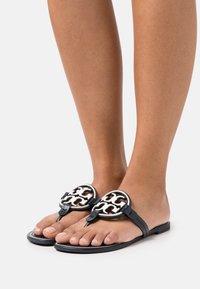 Tory Burch - MILLER - Sandály s odděleným palcem - perfect navy/new invory - 0
