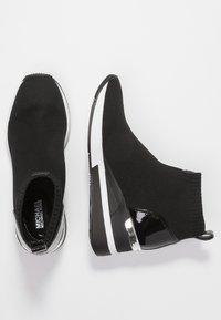 MICHAEL Michael Kors - SKYLER - Höga sneakers - black - 3