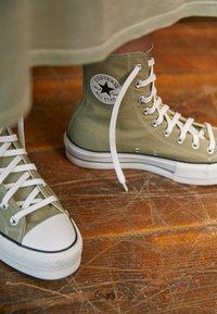 Converse - CHUCK TAYLOR ALL STAR LIFT - Baskets montantes - light field surplus/white/black - 2