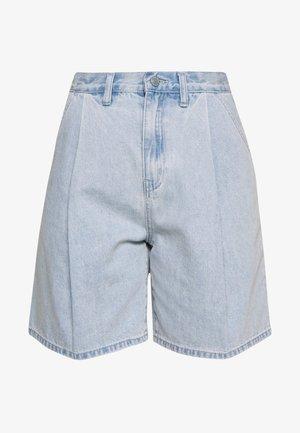 PLEAT FRONT - Short en jean - blue denim