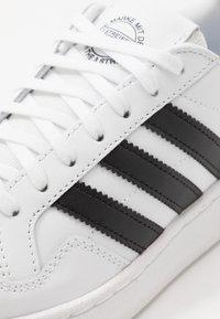 adidas Originals - TEAM COURT  - Sneakers laag - footwear white/core black - 2