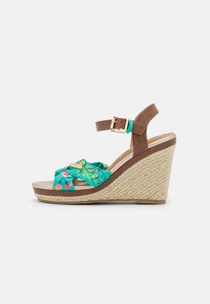 SHAILY - Sandalen met plateauzool - vert/multicolor
