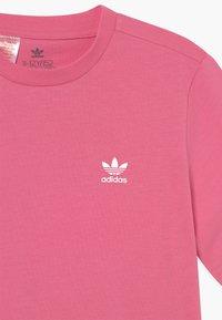 adidas Originals - TEE UNISEX - Camiseta básica - rose tone/white - 2