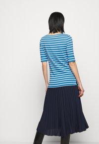 Lauren Ralph Lauren - T-shirt z nadrukiem - captain blue/white - 2