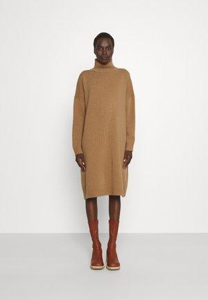 FASCINO - Strikket kjole - camel