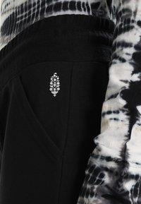 Free People - SUNNY SKINNY - Pantalones deportivos - black - 4