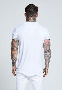 SIKSILK - TAPE SHOULDER GYM TEE - T-shirt con stampa - white - 2