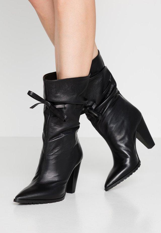 KORA - Højhælede støvler - matrix nero