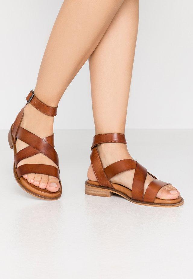 JOANA - Sandaalit nilkkaremmillä - tan