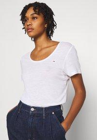 Tommy Jeans - REGULAR SCOOP NECK TEE - T-shirt basic - white - 3