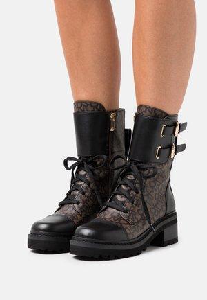 BART COMBAT BOOT BUCKLE - Šněrovací kotníkové boty - brown/black
