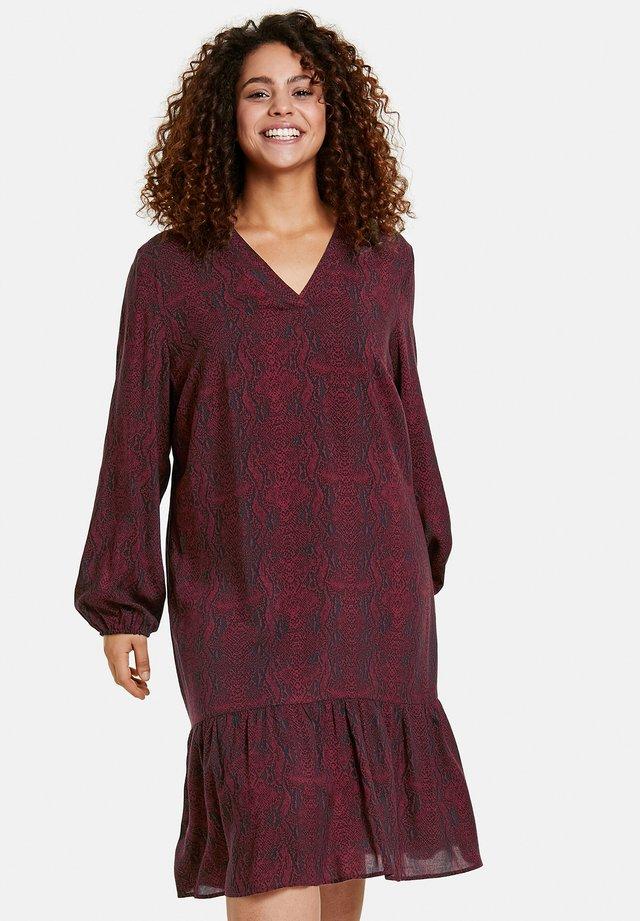 MIT SNAKE-PRINT - Robe d'été - red wine gemustert