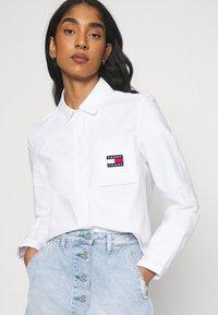 Tommy Jeans - REGULAR BADGE SHIRT - Košile - white - 3