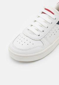 Geox - DJROCK BOY - Sneakers laag - white/red - 5