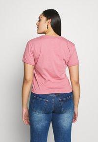Calvin Klein Jeans Plus - VEGETABLE DYE MONOGRAMTEE - Print T-shirt - brandied apricot - 2