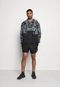 Nike Performance - SLIM CAMO - Camiseta estampada - black/grey fog - 1