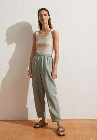 OYSHO - MIT LEINENANTEIL - Trousers - light green - 1