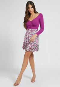 Guess - CHIKA SKIRT - Spódnica mini - mehrfarbe rose - 1