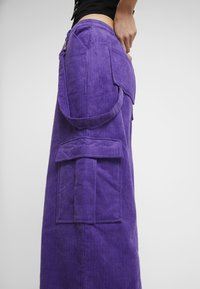 The Ragged Priest - WIDE LEG CROPPED TROUSER WITH COMBAT POCKET & STRAP DETAIL - Bukser - purple - 4