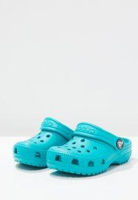 Crocs - CLASSIC UNISEX - Pool slides - turquoise - 2