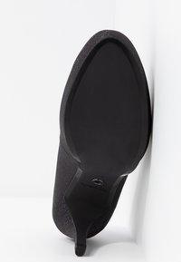 Tamaris - Klassieke pumps - black glam - 6