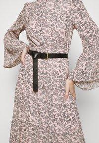 MICHAEL Michael Kors - LEAFY MEDL MIDI DRESS - Robe chemise - powder blush - 5