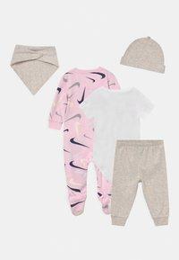 Nike Sportswear - SWOOSHFETTI PARADE SET UNISEX - Print T-shirt - cashmere heather - 1