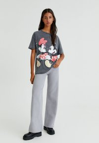 PULL&BEAR - MINNIE UND MICKEY MOUSE - T-shirt con stampa - mottled dark grey - 1