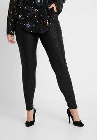 Vero Moda Curve - VMSEVEN SMOOTH SNAKE - Jeans Skinny Fit - black - 0