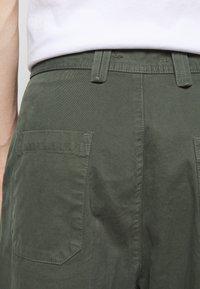 Henrik Vibskov - PLUMBER TWILL PANTS - Trousers - thyme green - 6