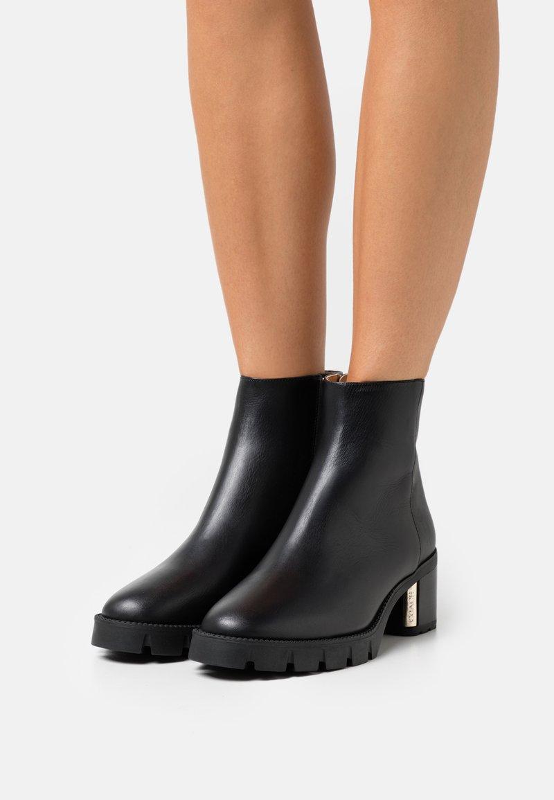 Coach - CHRISSY BOOTIE - Kotníkové boty na platformě - black