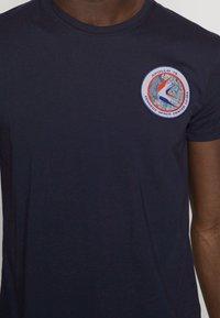 Alpha Industries - T-shirt med print - blue - 4