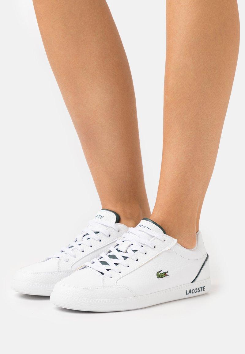 Lacoste - GRADUATE CAP - Baskets basses - white/dark green