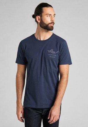 GRAPHIC TEE - Print T-shirt - navy