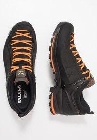 Salewa - MS MTN TRAINER 2 GTX - Obuwie hikingowe - black/carrot - 1