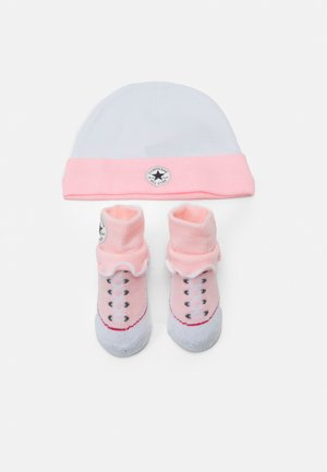 FRILLY CHUCKS SET - Čepice - arctic punch