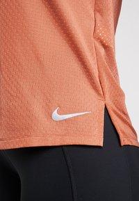 Nike Performance - MILER TANK BREATHE - Camiseta de deporte - dusty peach/reflective silver - 5