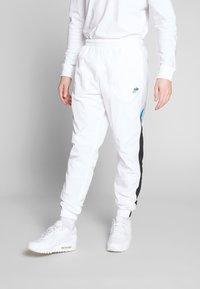 Nike Sportswear - PANT SIGNATURE - Träningsbyxor - white/black/pure platinum - 0