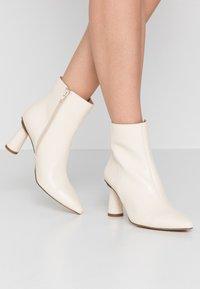 NA-KD - CONE SHAPE BOOTS - Korte laarzen - offwhite - 0