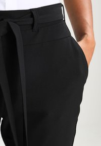 Kaffe - JILLIAN BELT PANT - Broek - black deep - 4