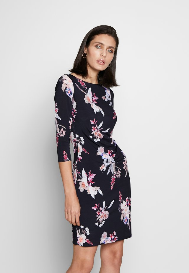 MAGNOLIA FLORAL RUCHED SIDE DRESS 3/4 SLEEVE - Sukienka etui - black