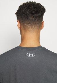 Under Armour - TAG TEE - T-shirt imprimé - pitch gray - 3