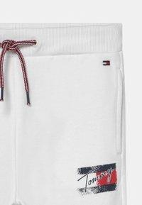Tommy Hilfiger - FLAG PRINT  - Tracksuit bottoms - white - 2