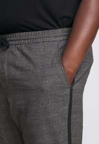 Only & Sons - ONSLINUS PANT CHECKS  - Trousers - grey - 5