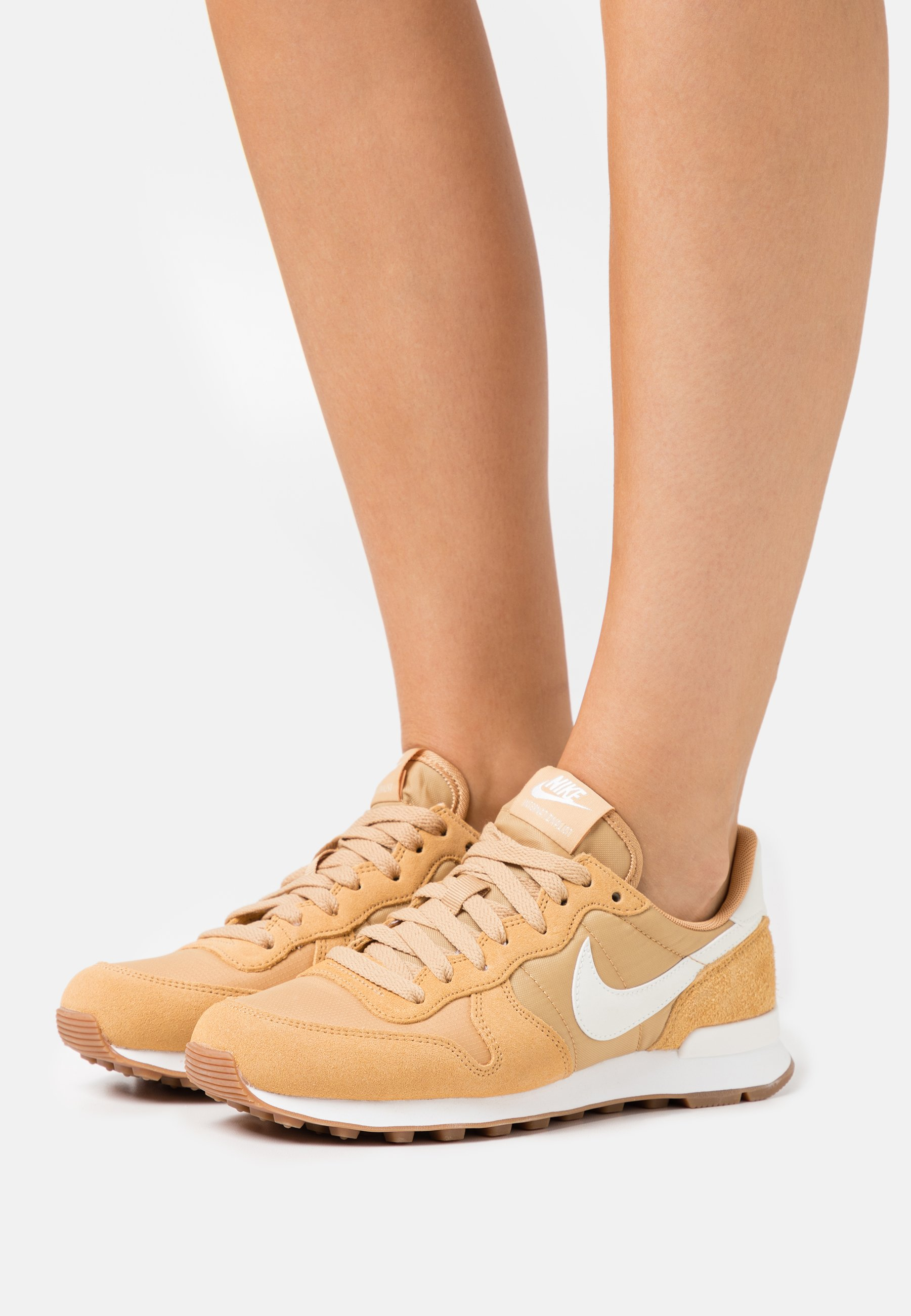 Crueldad Cíclope Shipley  Nike Sportswear INTERNATIONALIST - Zapatillas - twine/summit  white/black/amarillo - Zalando.es
