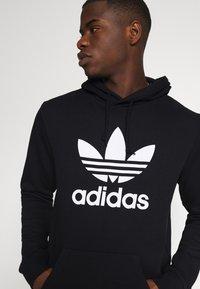 adidas Originals - TREFOIL HOODY ORIGINALS ADICOLOR SWEATSHIRT HOODIE - Luvtröja - black/white - 3