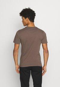 DRYKORN - CARLO - Basic T-shirt - khaki - 2